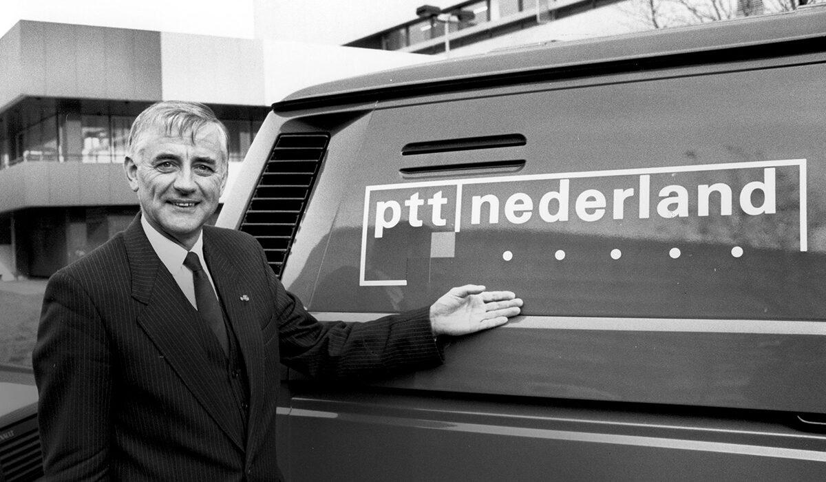 Plaatje geschiedenis PTT Nederland logo op auto - KPN Op Eigen Benen 1989