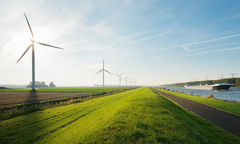 Overzicht thumb afbeelding duurzaamheid. Windmolens op een groen grasveld