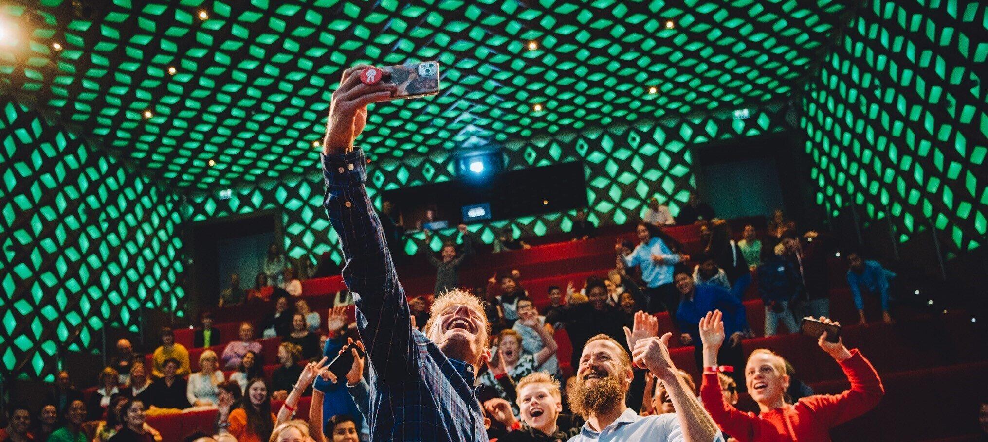 Jim Stolze en Enzo Knol maken een selfie